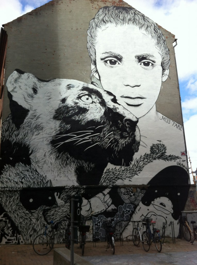 Miss Take - kæmpe vægmaleri uden for Brandts Klædefabrik